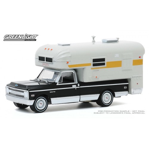 Greenlight Hobby Exclusive - 1969 Chevrolet C-10 Cheyenne with Silver Streak Camper