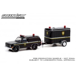 Greenlight Hitch and Tow Series 22 - 1990 Chevrolet K5 Blazer with Small Cargo Trailer